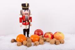Nötknäppare med muttrar, tangerin på jultid Arkivbild