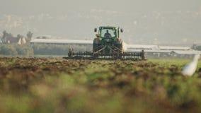 Nötkreaturägretthäger i ett fält med ändringsfokusen till odla för traktor arkivfilmer