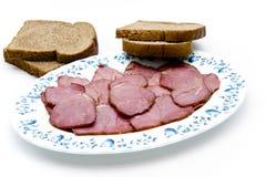 Nötkreaturskinka med rostat brödbröd på plattan Fotografering för Bildbyråer