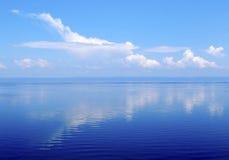 Núblese como el avión sobre la superficie del agua, el lago Baikal Foto de archivo