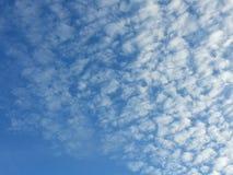 Núblese con el cielo azul fotografía de archivo