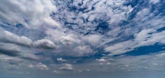 Núblese con el cielo azul Foto de archivo libre de regalías