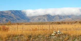 Núblese el balanceo sobre el rango de Hawkdun, Nueva Zelandia fotos de archivo libres de regalías
