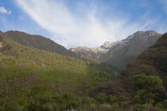 Núblese la llamarada sobre las montañas, Juizhaigou, China Fotos de archivo libres de regalías