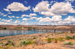 Núblese las reflexiones en el lago en el camino un camino rp Fotos de archivo libres de regalías