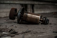 Núcleo enorme do motor elétrico em ruínas industriais foto de stock royalty free