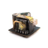 Núcleo para fora queimado de um recharger móvel no branco Foto de Stock