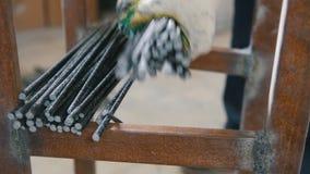 Núcleos da fibra de vidro - mão do trabalhador - produção de estruturas concretas video estoque