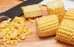 Núcleos de maíz en la tarjeta de madera foto de archivo