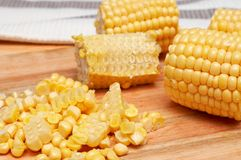 Núcleos de maíz en la tarjeta de madera foto de archivo libre de regalías