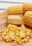 Núcleos de maíz en la tarjeta de madera Fotos de archivo libres de regalías