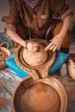 Núcleos de moedura do argão da mulher marroquina no líquido oleoso marrom grosso fotografia de stock royalty free