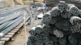 Núcleos nas hastes - produção pronta da fibra de vidro na planta video estoque