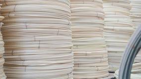 Núcleos nos fios - produção pronta da fibra de vidro na planta filme
