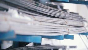 Núcleos nos fios - produção pronta da fibra de vidro na planta video estoque