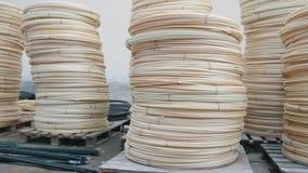 Núcleos nos fios - produção pronta da fibra de vidro na planta vídeos de arquivo