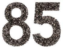 Número árabe 85, ochenta y cinco, de negro un carbón de leña natural, i Imagenes de archivo