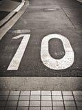 Número 10 en un camino Imagen de archivo