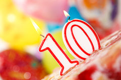 Número 10 velas en una torta Fotos de archivo libres de regalías