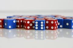 Número azul rojo de los dados del juego del juego al azar Fotos de archivo