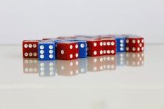 Número azul vermelho dos dados do jogo do jogo aleatório fotos de stock royalty free
