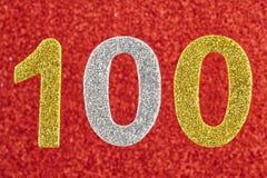 Número cem sobre um fundo vermelho anniversary Imagens de Stock