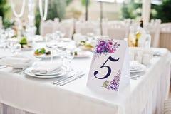 Número cinco na tabela para convidados no salão do casamento Fotografia de Stock Royalty Free