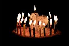 Número 22 con la vela festiva para la torta del día de fiesta veintidós nacimientos imagenes de archivo