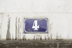 Número cuatro en la pared de una casa Fotos de archivo libres de regalías