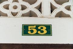Número da casa 53, amarelo Placa com um quadro nos parafusos debatida Imagens de Stock