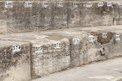 Número de assento marcado na arena em Arles foto de stock