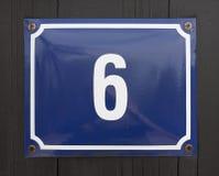 Número de casa en la pared de madera imagenes de archivo