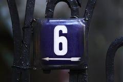Número de casa en una pared fotografía de archivo libre de regalías