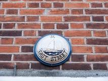 Número de casa interesante de la placa de calle del barco en la pared Fotos de archivo
