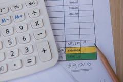 Número de cuentas del primer en un papel, una calculadora y un lápiz impresos Foto de archivo libre de regalías