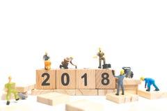 Número de desenvolvimento de equipas diminuto do trabalhador no bloco de madeira Fotos de Stock Royalty Free