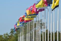 Número de diversas banderas con los escudos de armas y las banderas Fotografía de archivo libre de regalías