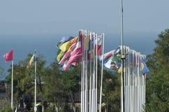 Número de diversas banderas con los escudos de armas y las banderas Foto de archivo