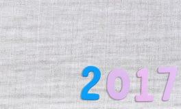 Número de 2017 en el fondo blanco del paño Imagenes de archivo
