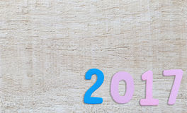Número de 2017 en un fondo de madera blanco Foto de archivo