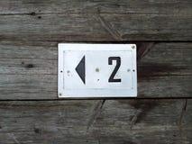 Número de etiqueta no assoalho de madeira Fotos de Stock