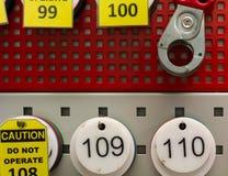 Número de etiqueta y candado en el estante Foto de archivo libre de regalías
