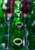 Número de garrafas de vidro verdes vazias Fotografia de Stock