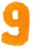 Número de lentejas amarillas en un fondo blanco Foto de archivo