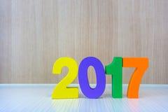 Número de madeira amarelo, violeta, verde e da laranja 2017 na parte traseira da madeira Imagens de Stock Royalty Free