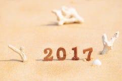 Número de madeira 2017 na ideia do fundo da praia Fotos de Stock Royalty Free