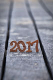 Número de madeira 2017 no fundo da areia da prancha Foto de Stock