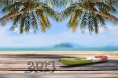 Número de madera 2017 con el kajak en tablón en fondo tropical de la playa Imágenes de archivo libres de regalías