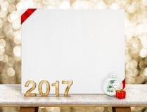 número de madera de 2017 años y tarjeta blanca con la cinta roja en perspect Foto de archivo libre de regalías