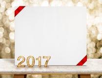 Número de madera del Año Nuevo 2017 y papel blanco de la tarjeta con la cinta roja i Imagenes de archivo